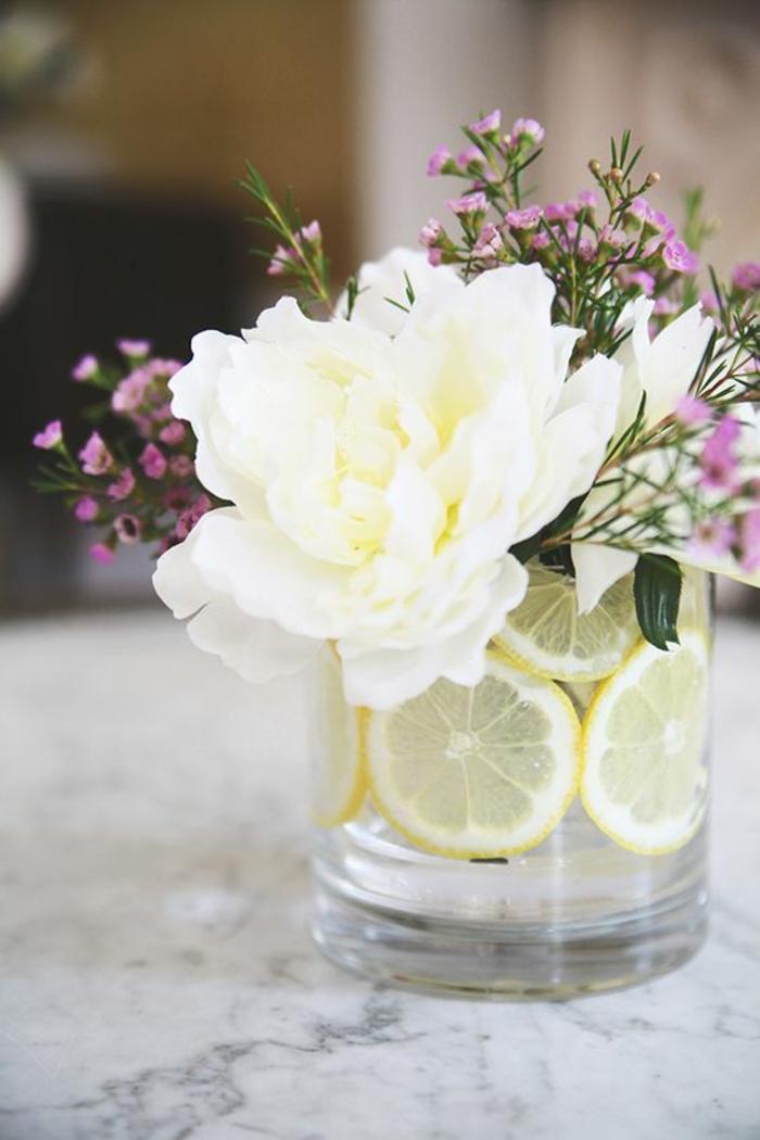 bastelideen frühling, große weiße blume, glasvase dekoriert mit zotronenschalen