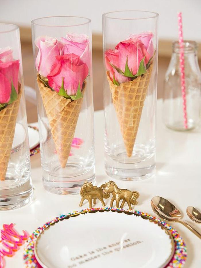 frühlingsdekoration, tischdeko, vasen mit rosen, teller, löffel