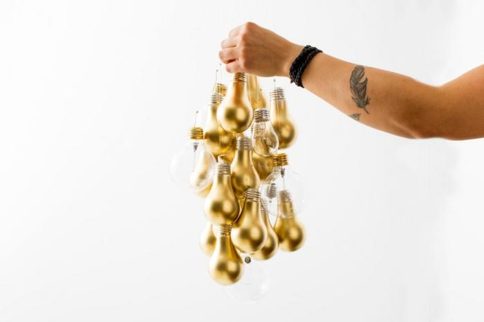 basteln mit glühbirnen, mobile aus goldenen birnen selber machen