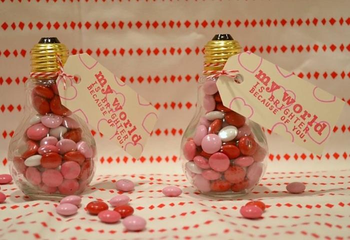 diy geschenk für valentinstag aus alten glübirnen gefüllt mit bonbons