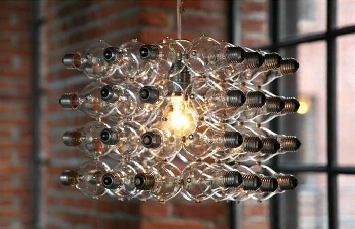 eckiger sebstgemachteter lampenschirm aus alten glühbirnen