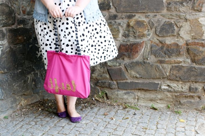 aus alt mach neu, kleidung zu taschen verwandeln, rosa shopper tasche, frau mit weißem kleid mit schwarzen pünktchen