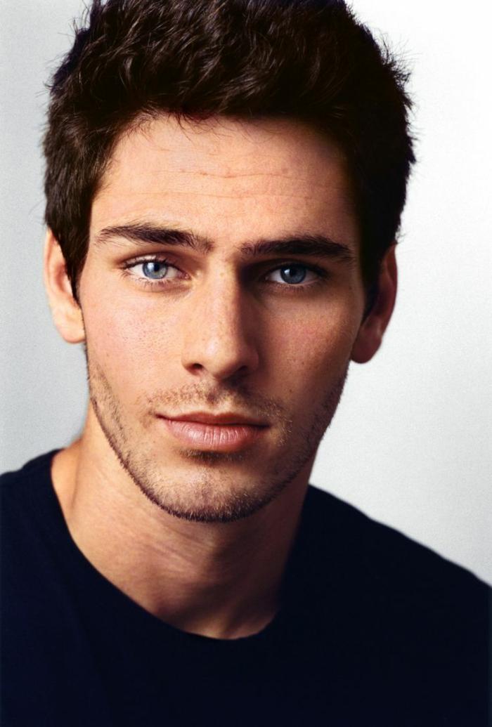 augenfarben bedeutung junger sympathischer mann mit vollen lippen und blauen augen fotomodel