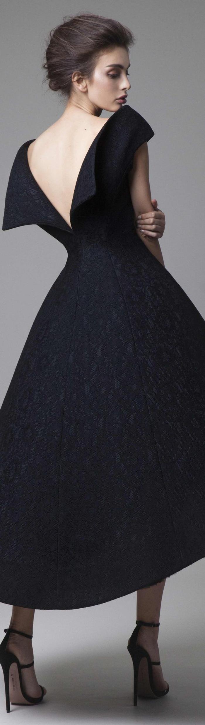 abendkleid in schwarz, lang und breit, traeger, schwarze pumps