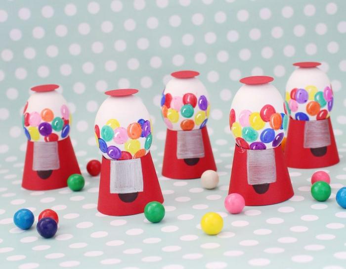 lustige Ostereier wie Bonbons Maschine aus Papier und weiße Eier