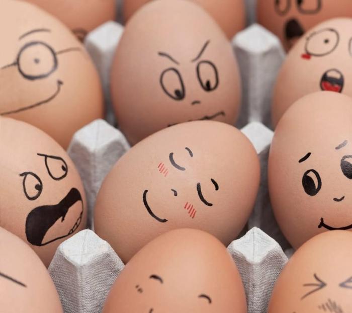 Lustige Ostereier -ein schlaffendes Gesicht wie im Unterricht in dem Eierkarton