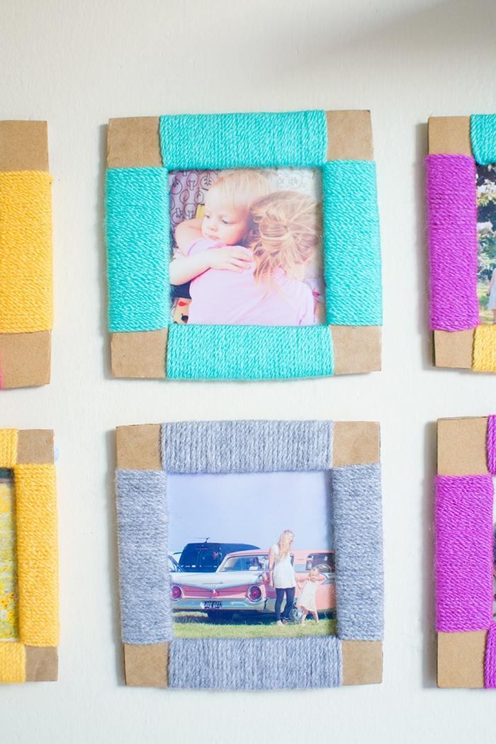 fotowand selber machen, bilderrahmen aus karton dekoriert mit buntem garn