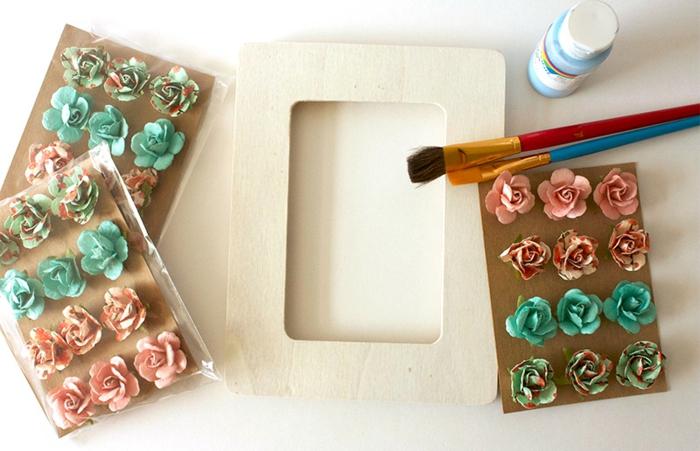 fotorahmen basteln - blumen aus papier, kleber, rahmen