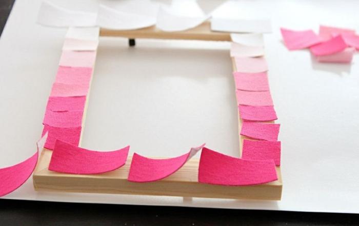 hölzernen fotorahmen mit rosa soff dekorieren