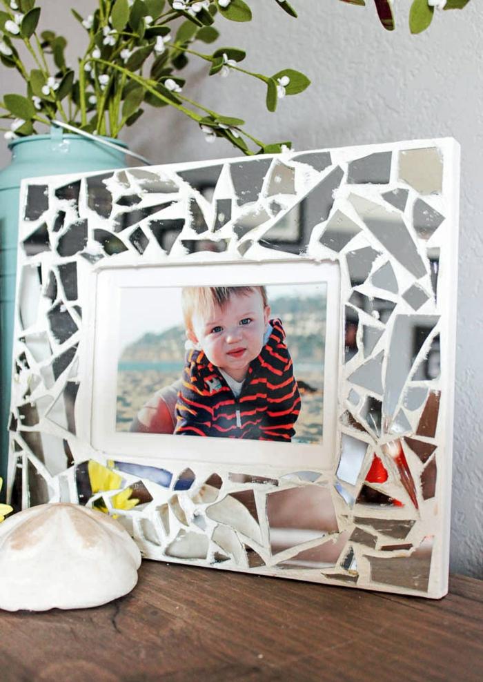 weißer, selbstgemachteter rahmen mit spiegelstückchen dekorieren