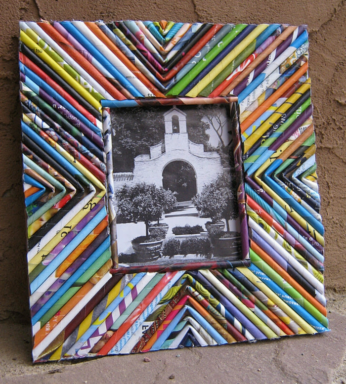 schwarz-weißes-foto, bunter rahmen aus zeitschriftenseiten