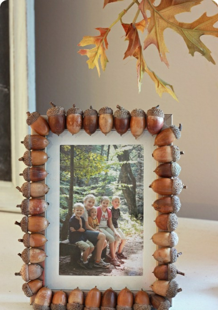 foto, kinder, baumblätter, rahmen verziert mit eichelnüssen