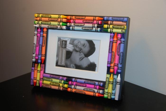 schwarz-weißes foto, bunte pastellkreide, diy fotorahmen