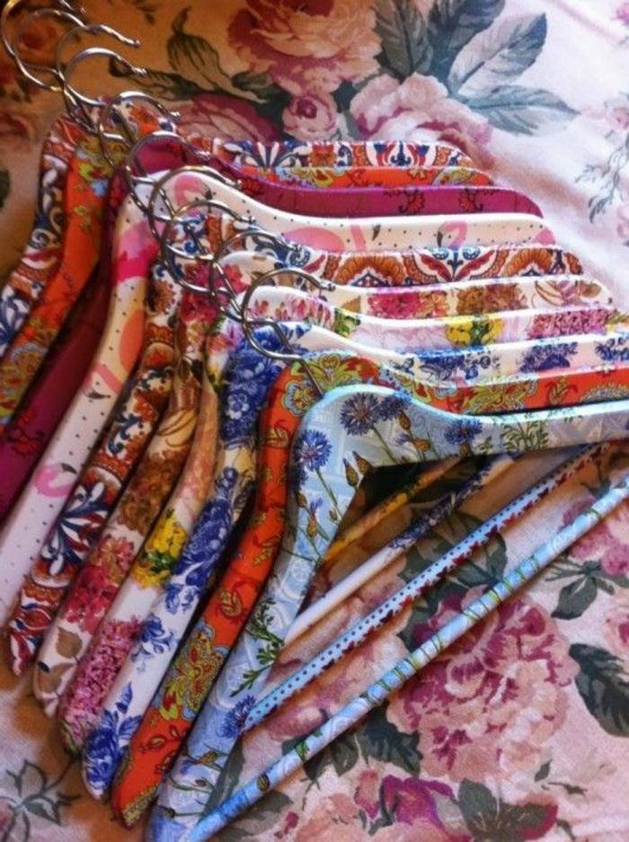 blaue rote pinke bunte kleiderhalter mit servietten mit blumen und schönen rosen - idee für serviettentechnik
