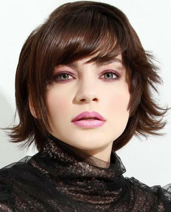 gestufte Frisur für Frauen mit Haar bis unter den Ohren