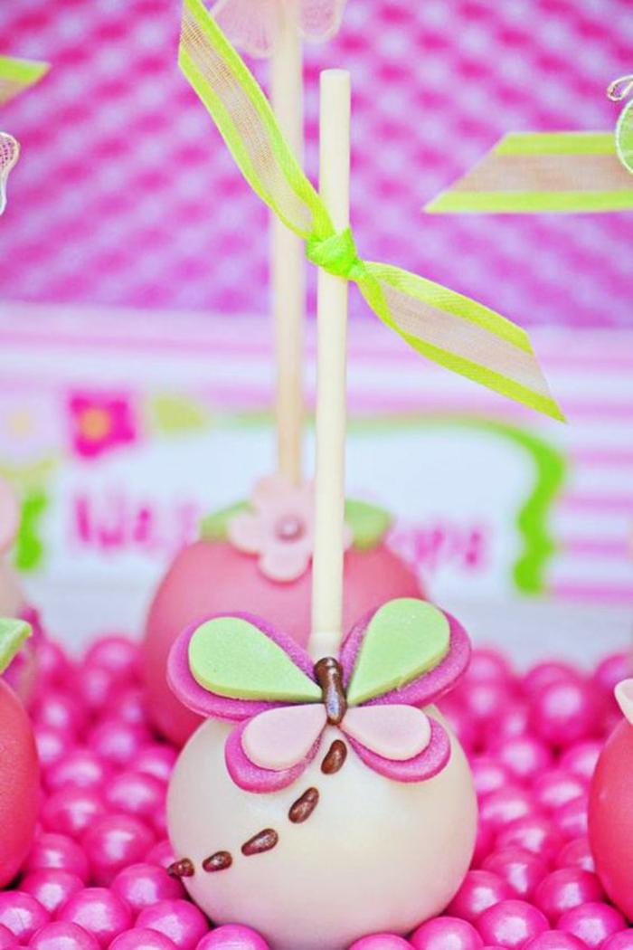 cake pop dekoriert mit schmetterling aus fondant