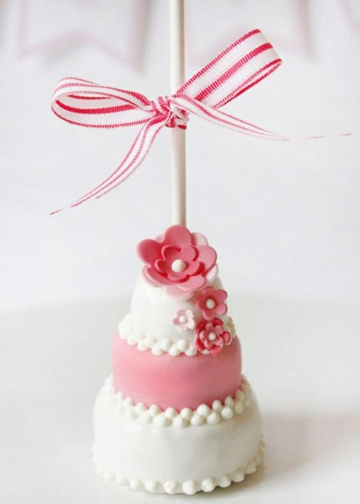 kleine torte dekoriert mit blümchen aus fondant