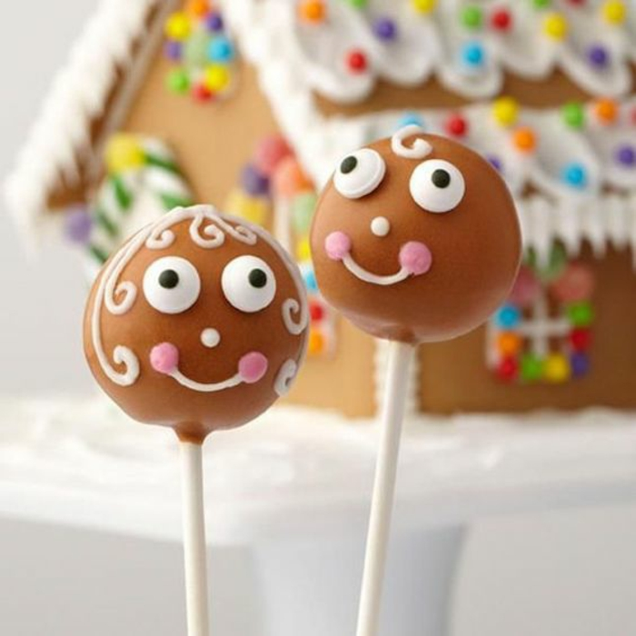kleine kuchenbällchen und einer torte in form eines häuschens