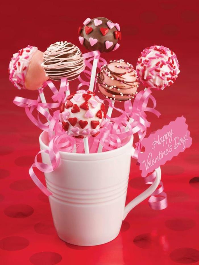 cake pops rezepte, weiße tasse mit kleinen kuchenbällchen mit herzen