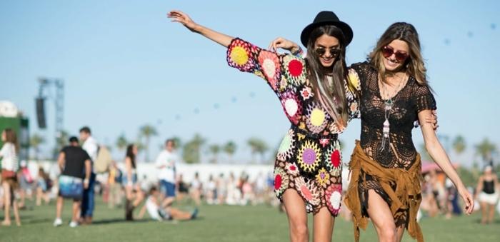 coachella mode ideen für mädchen zwei frauen freundinnen haben spaß auf dem festival bunte kleider
