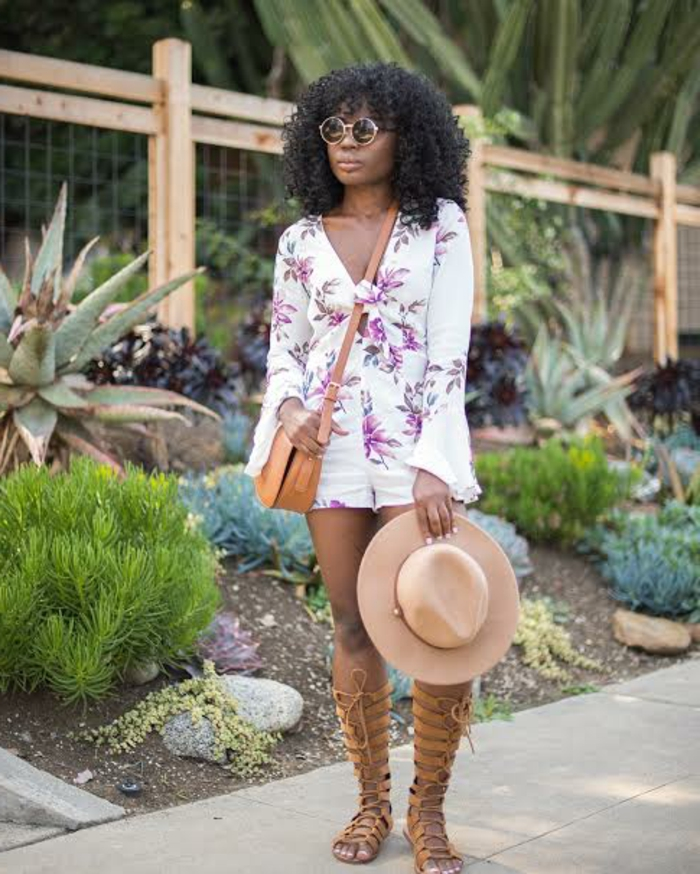 coachella outfits elegante frau dezente kombination kurze weiße hose bluse hut sandalen und tasche