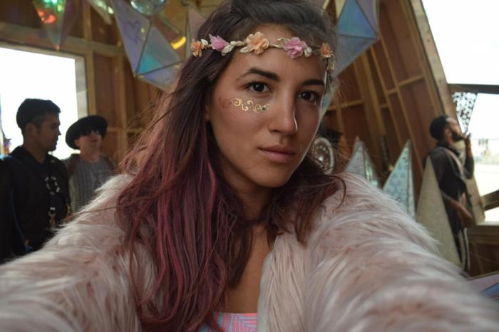 hippie festival outfits ausgefallene ideen für jacke und make up kranz aus blumen rote haaren rosa
