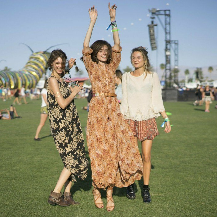 hippie festival outfits fröhliche frauen haben spaß bei ienem festival lange kleider gute laune