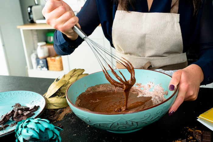 Teig für Schoko Cupcakes glatt umrühren, Schritt für Schritt Cupcakes backen