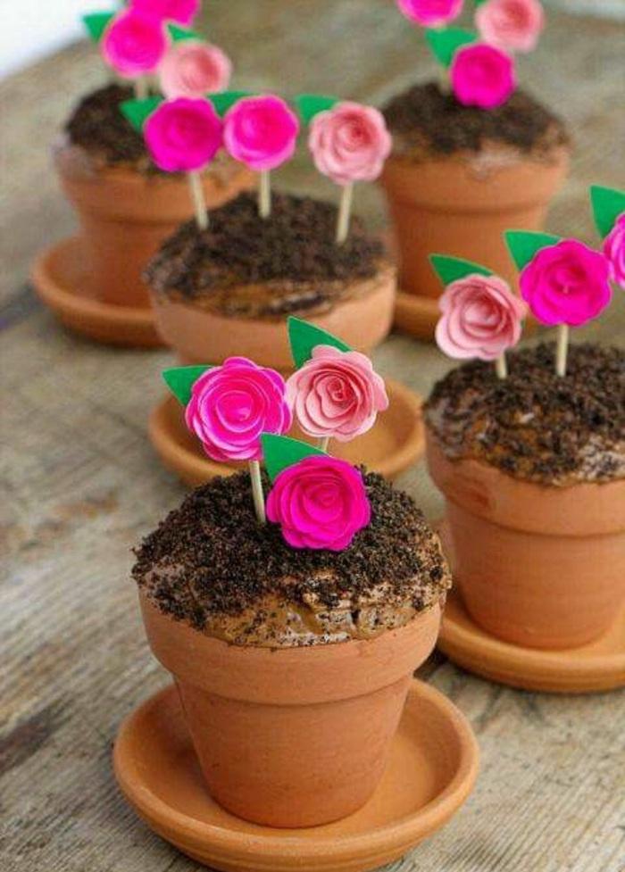 kleine cupcakes-blumentöpfe mit rosa blumen
