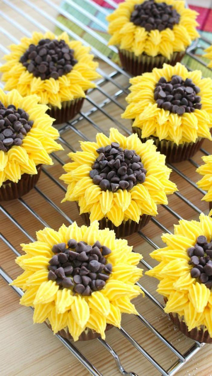 schoko-cupcakes mit gelber sahne und schokolade dekorieren
