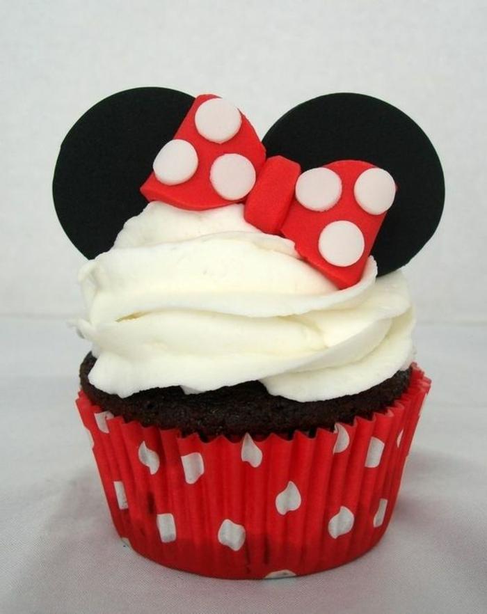 cupcake-minnie, die maus mit ohren und schleife aus fondant und weißer sahne