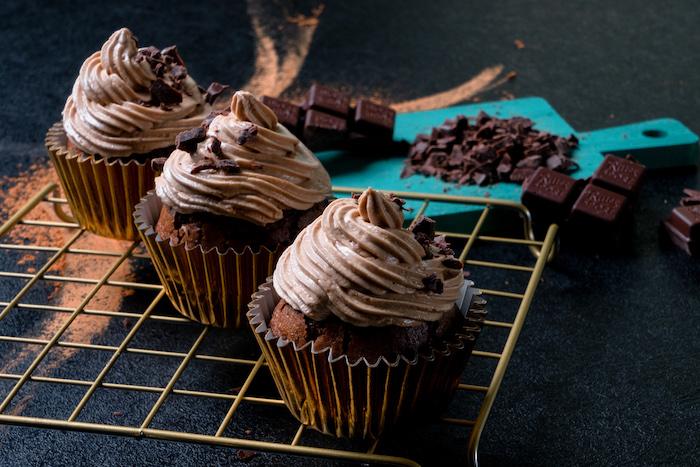Schoko Cupcakes selber backen, mit Erdnusscreme und Schokoladenstückchen dekorieren