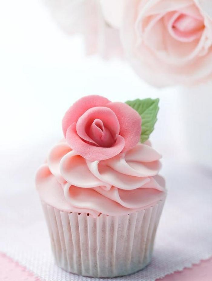 wunderbares cupcake mit rose aus fondant und pfefferminze