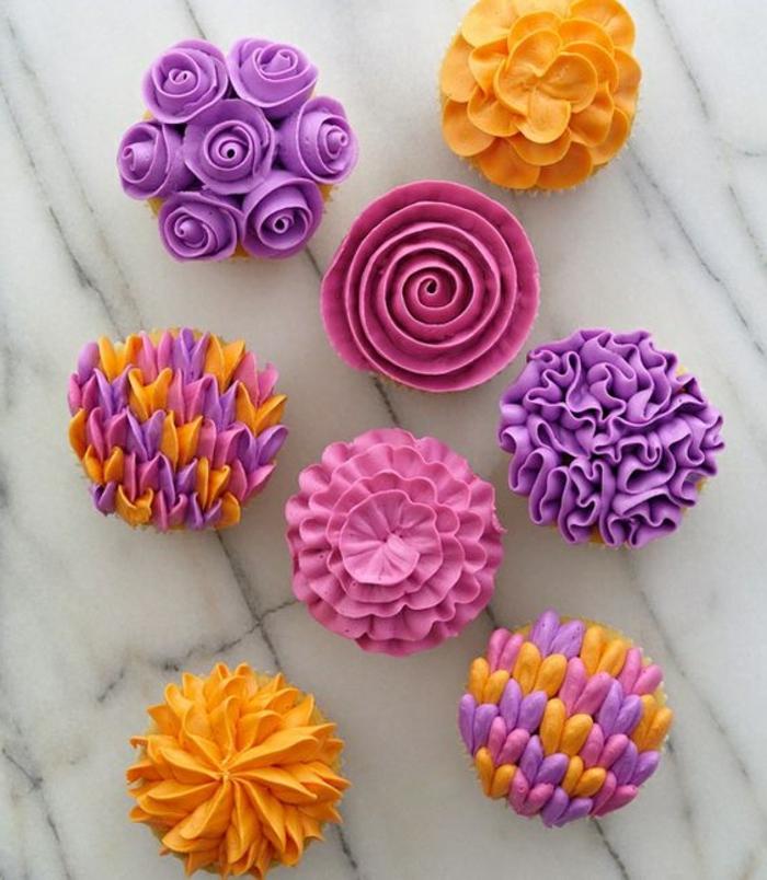 cupcakes dekoriert mit sahne in verschiedenen farben