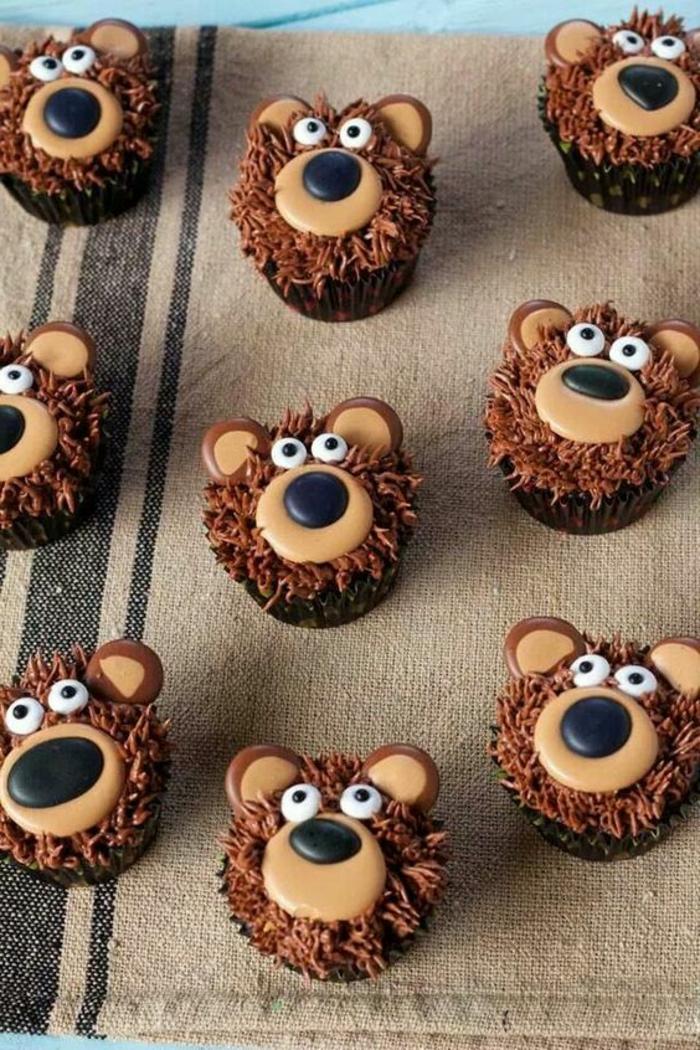schoko-cupcakes dekoriert wie kleine bärchen