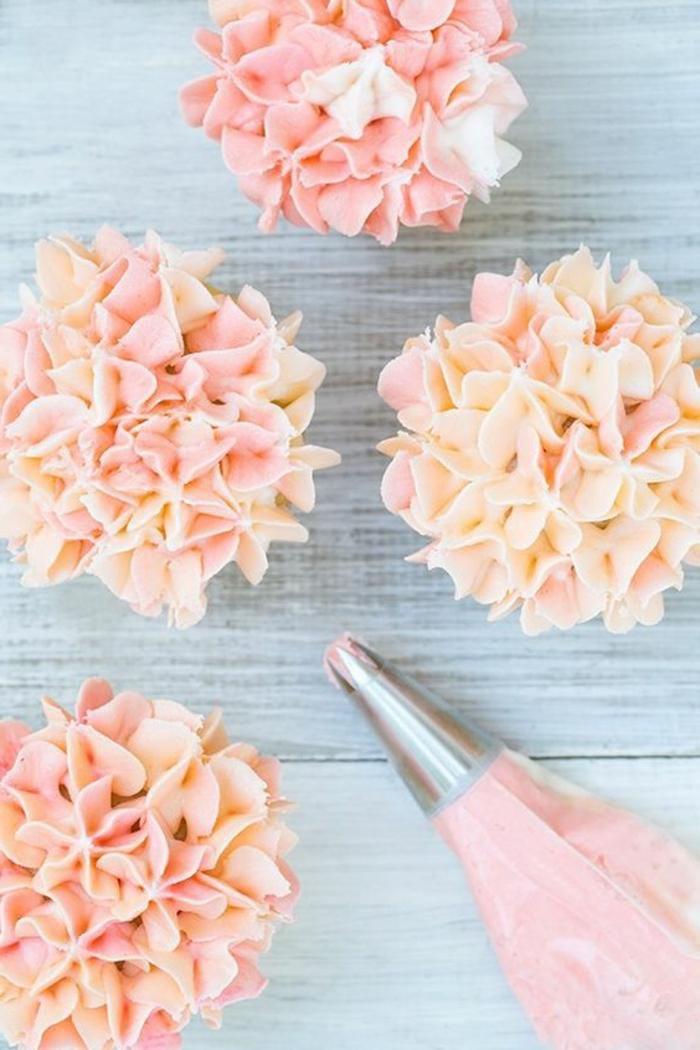 tolle cupcake-dekoration mit kleinen blumchen aus rosa sahne