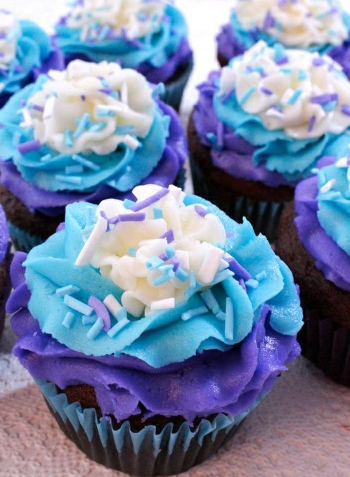 muffins mit sahne in weiß, blau und lila verzieren