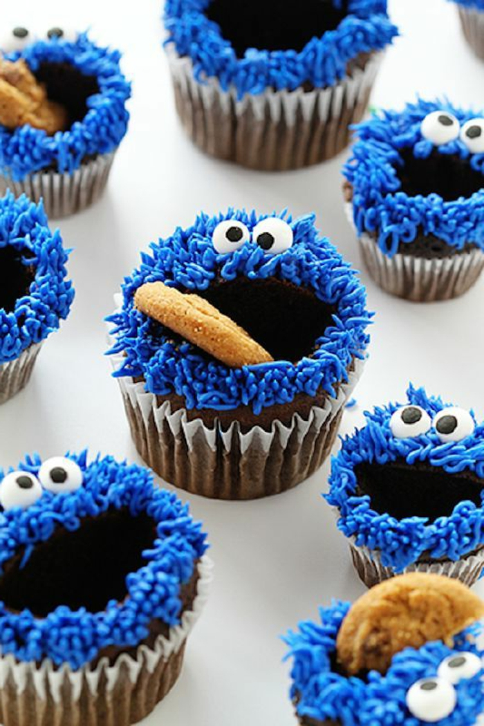 muffins wie das keksemonster dekorieren mit kekse und bluer sahne