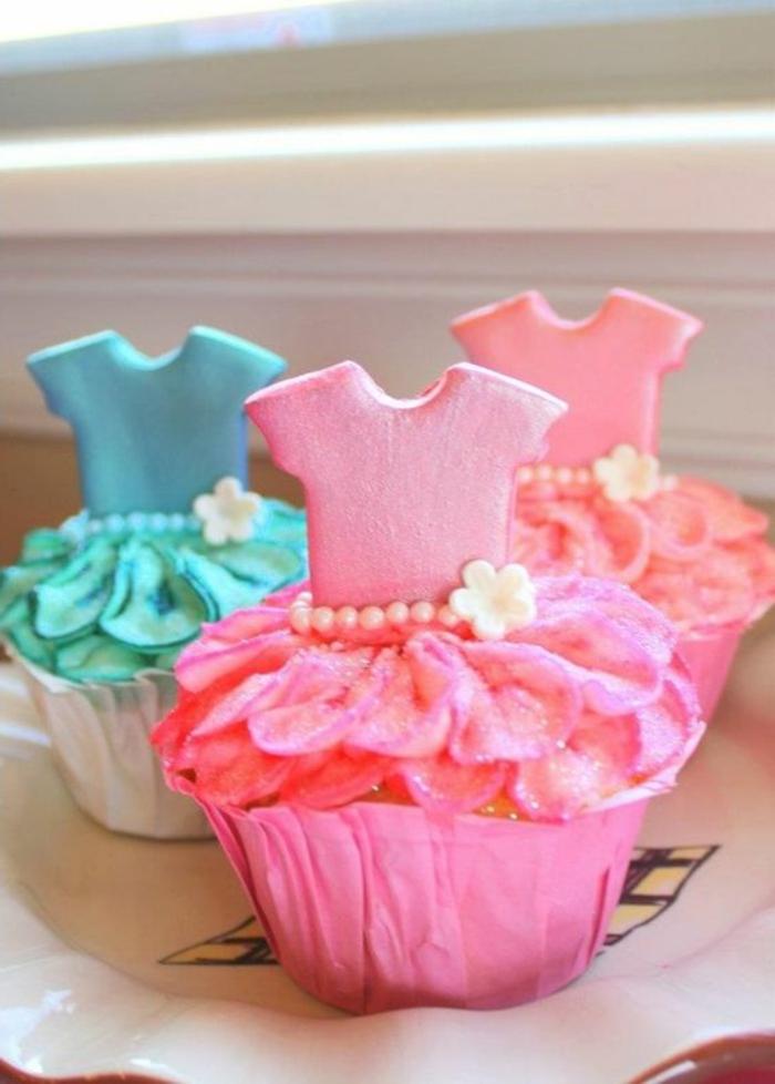 cupcakes wie prinzessinkleider mit perlen und kleinen weißen blümchen