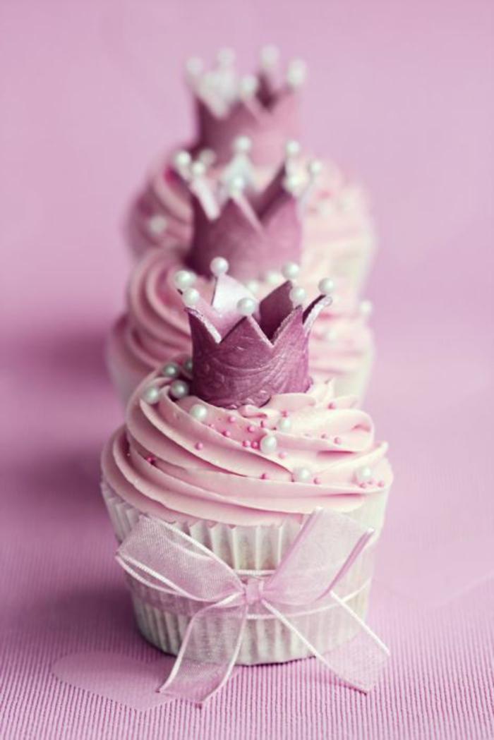 muffins mit perlen, rosa sahne, krone aus fondant und schleifen