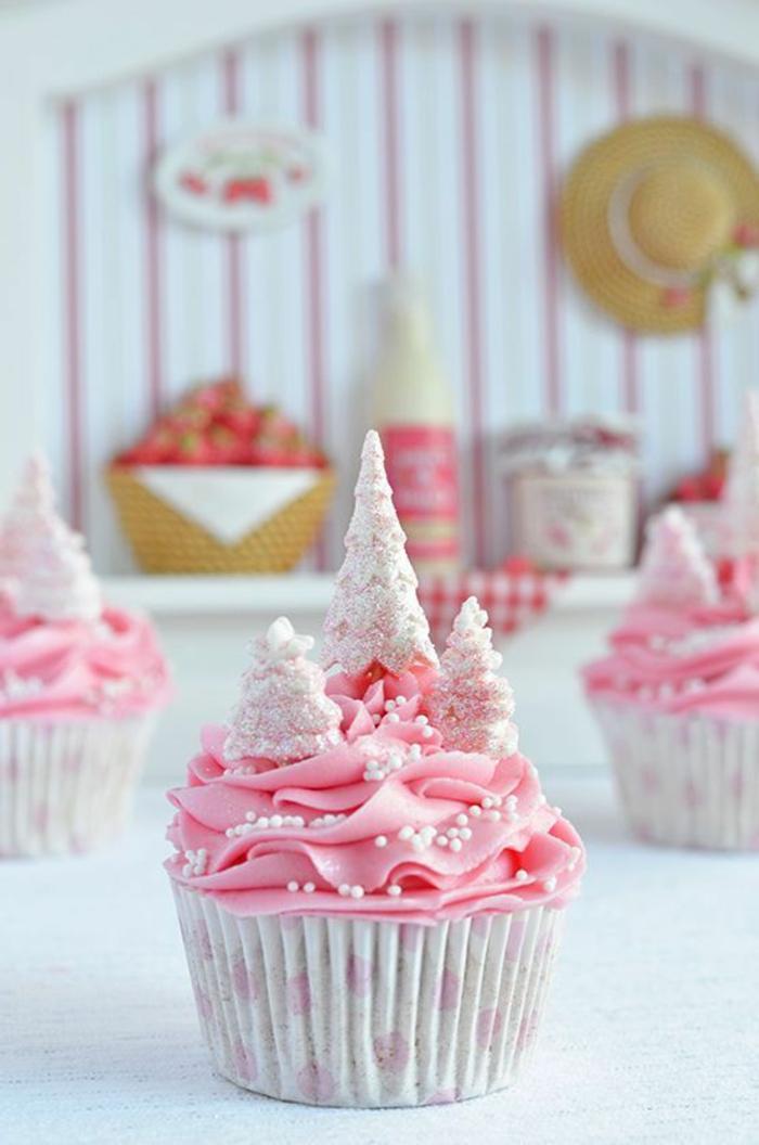 muffin mit rosa sahne und kleinen tannenbäumen aus fondant