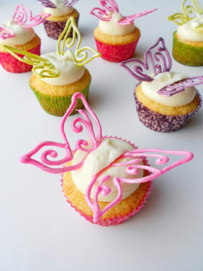muffins dekoriert mit schmetterlingen aus fondant und sahne