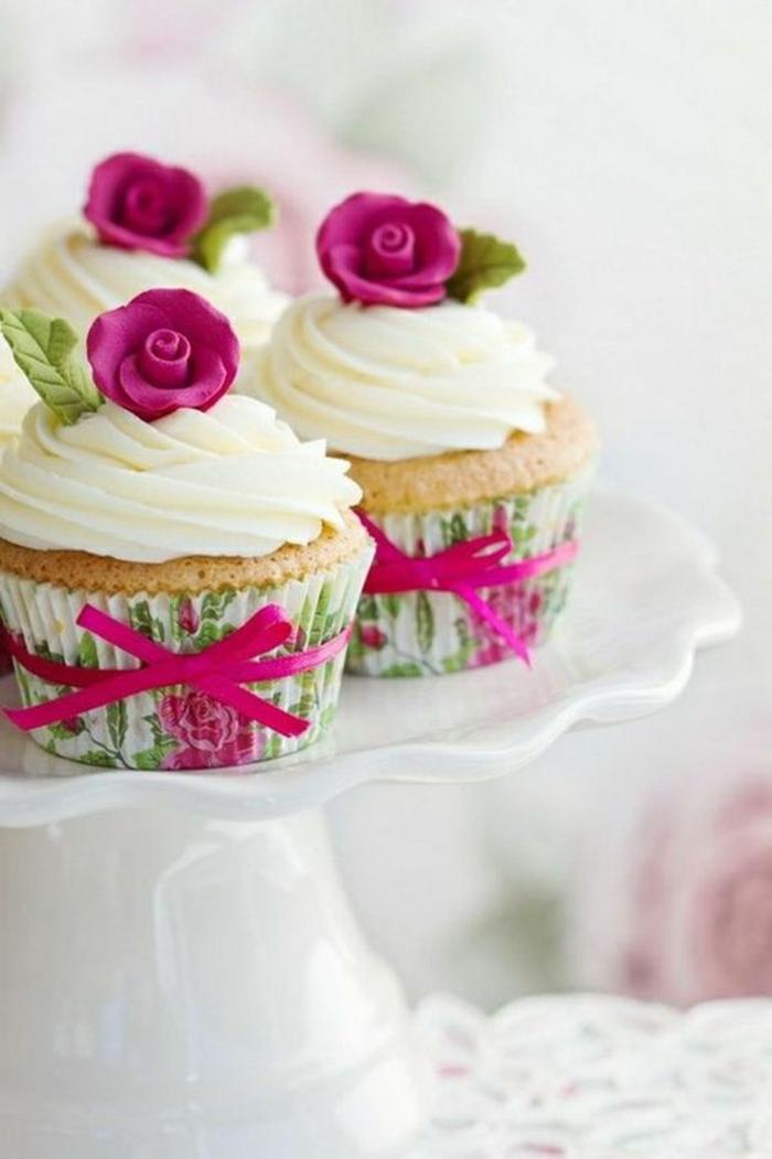 muffins mit weißer sahne und rosa rosen aus fondant