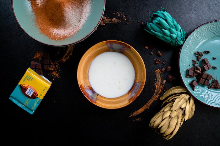 Schoko Cupcakes selber backen und dekorieren, Milch in eine Schüssel geben