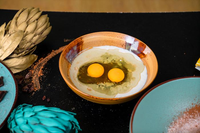 Schnelles Rezept für Schoko Cupcakes, Eier und Milch verquirlen