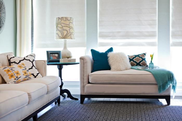 tolle Wohnzimmer Deko für die Couch mit Kissen in unterschiedlichen Farben und Mustern