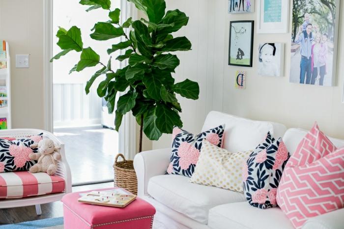 Wohnzimmer Deko mit pinken Kissen mit Blumenmotiven für die weiße Couch