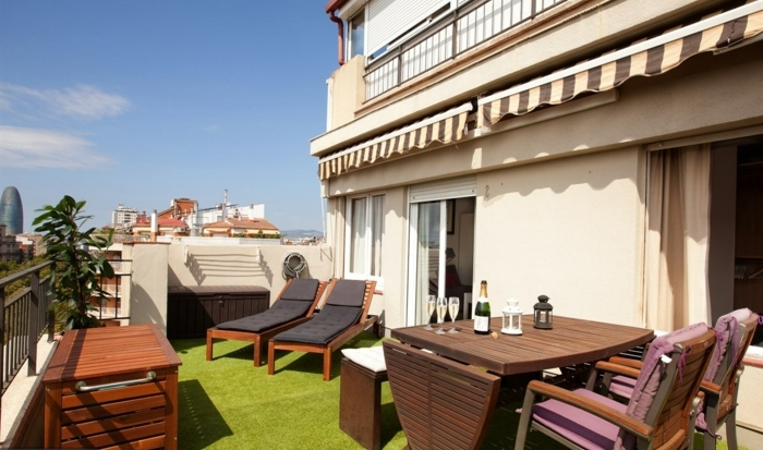 terrassengestaltung frühstück oder romantischer abend auf der terrasse gestalten künstliches grass