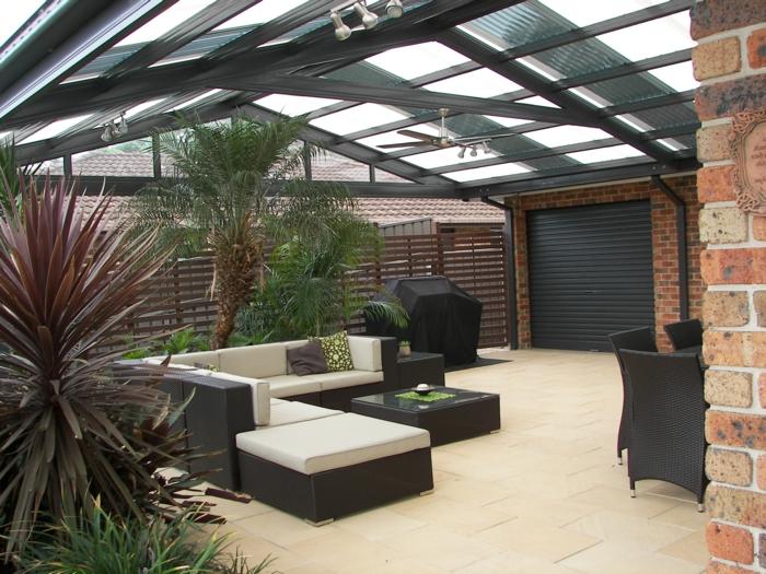 terrassengestaltung ideen geschlossene terrasse sofa kissen hocker sessel lampe wand wände