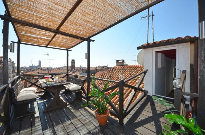 terrassengestaltung ideen kleine terrasse auf dem dach grüne pflanze bequeme sessel mit kissen